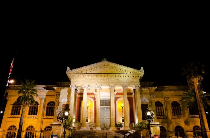 Il teatro Massimo, di notte