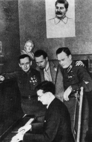 shostakovich-plays-for-bomber-pilots-below-picture-of-stalin.jpg