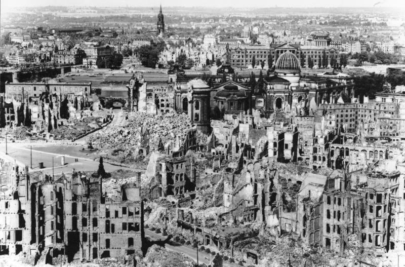 Bundesarchiv_Bild_146-1994-041-07,_Dresden,_zerstörtes_Stadtzentrum.jpg