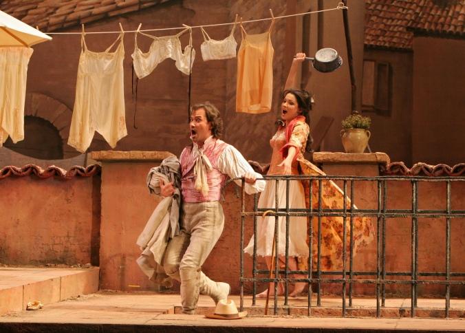 Il vecchio Don Pasquale e la giovane Norina, in una scena dell'opera.